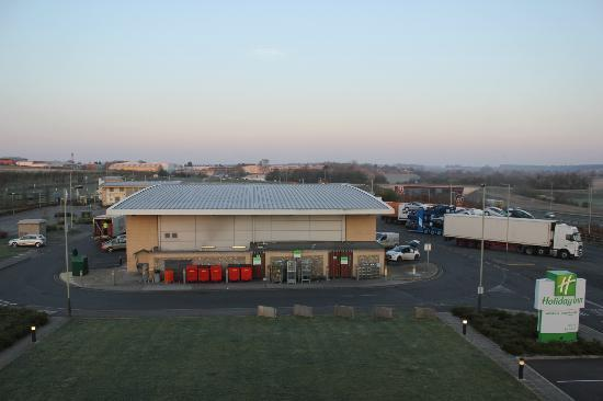 Holiday Inn Salisbury Stonehenge: view of co-op grocery and rest of the rest plaza from 4th floor