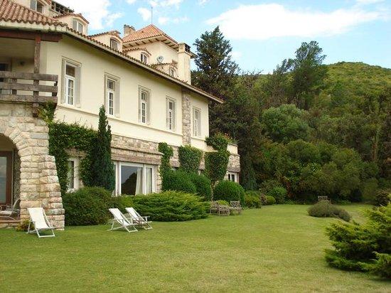 Castillo de Mandl: Desde el jardin la edificacion del castillo en todo su esplendor