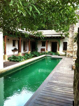 Hotel Cirilo: Zona de piscina, al fondo las habitaciones