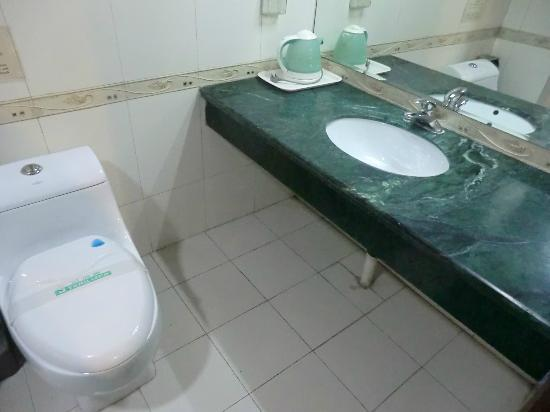 Xiangzimen International Youth Hostel: bagno privato