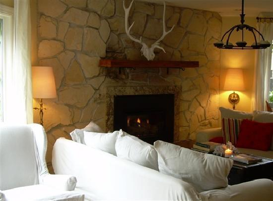 Salmonberry Inn & Beach House: Fireside lounge