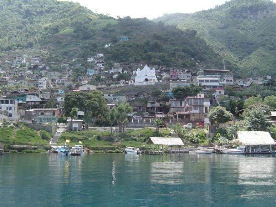 Lake Atitlan: Vista de Santiago desde el lago