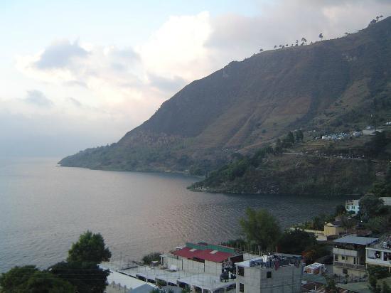 Lake Atitlan: Vista del lago desde uno de los pueblos