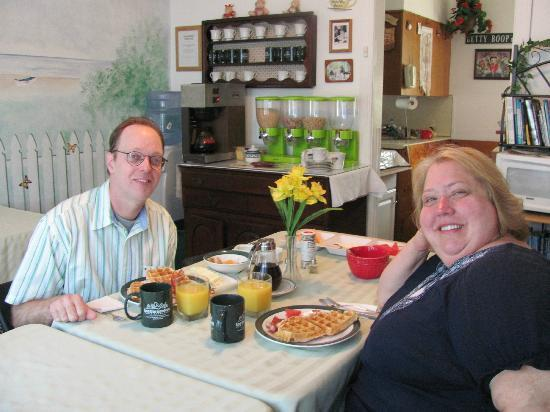 Inn The Gardens B&B: Enjoying breakfast and conversation