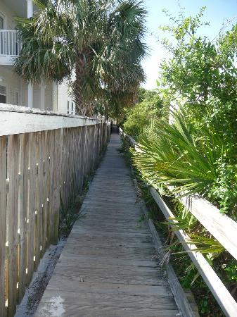 Quality Inn & Suites: Pathway to the beach!