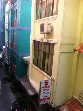 Bich Duyen Hotel: View to the lane from a street-front room