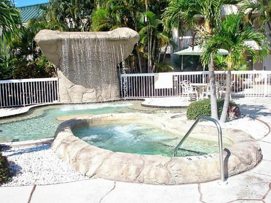 Hampton Inn Clearwater Central: Waterfall and Hot Tub area