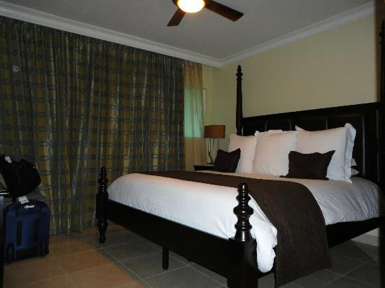 Ocean Two Resort & Residences: Comfy King size bed in the suite