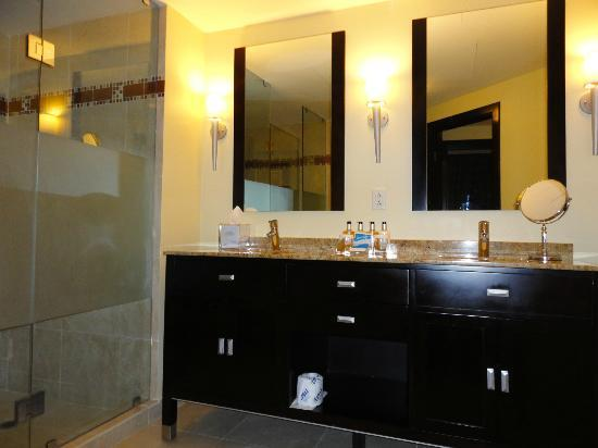 Ocean Two Resort & Residences: Bathroom vanity