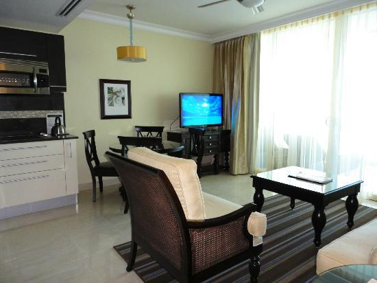 Ocean Two Resort & Residences: Living area