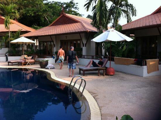 โรงแรมไรซิ่งซัน เรสซิเดนซ์: Villas and swimming pool at Rising Sun Residence