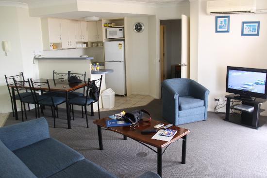 Royal Pacific Resort: kitchen/living room