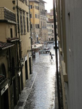 La Signoria di Firenze B&B: View from window towards piazza