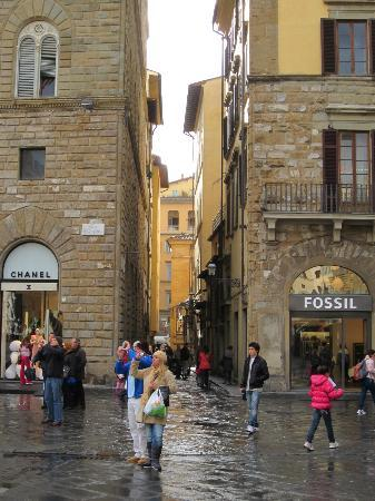 La Signoria di Firenze B&B: View of street from piazza