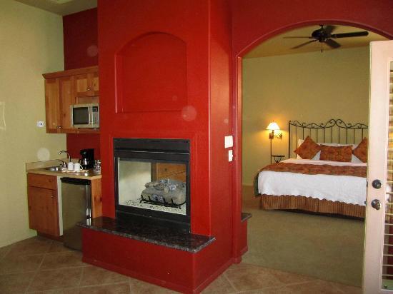 Las Posadas of Sedona: Fireplace in the suite