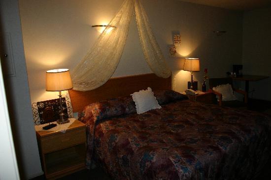 Avalon Inn: King Bedroom