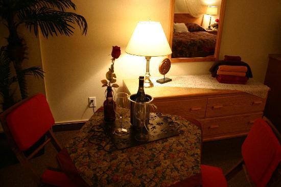 Avalon Inn: Dining Table