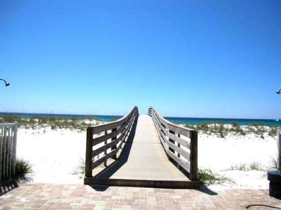 Holiday Inn Resort Pensacola Beach: Hotel pool to the beach access bridge