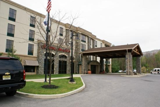 Hampton Inn & Suites Lake George: Front of the Hotel