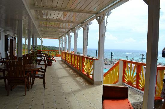 Hotel Le Soleil Levant : Vue de la terrasse de l'hôtel et des chambres côté mer