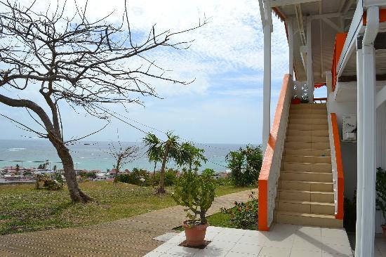 Hotel Le Soleil Levant: Vue depuis l'entrée du parking