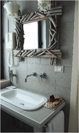 Uno dei bagni recentemente ristrutturati - Picture of Acquamarina ...