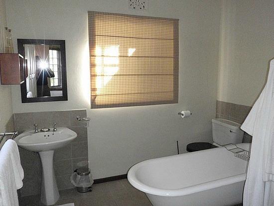Alluvia Wine Estate: Second bathroom