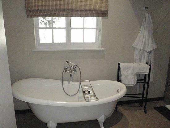 Alluvia Wine Estate: Master bathroom