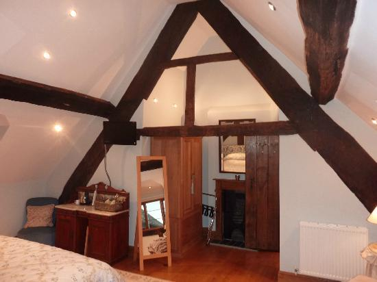 Huntlands Farm Bed & Breakfast: a beautiful large room with lots of character wood beams as permeating the entire house, eleganc