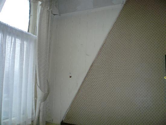 Patten Arms Hotel: more peeling paint