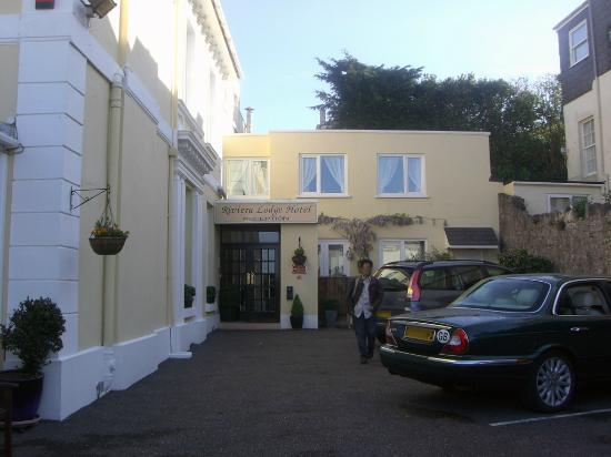 Riviera Lodge Hotel Torquay: Front of hotel showing car park.