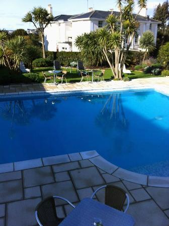 Riviera Lodge Hotel Torquay: Pool within the hotel grounds. There's seating area around the pool.