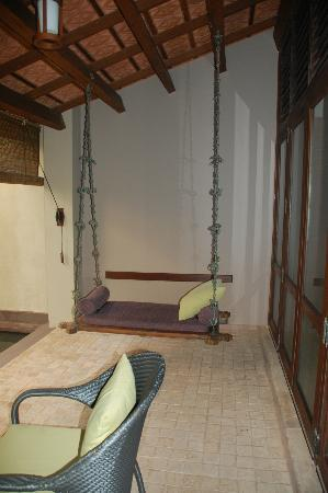 Reef Villa & Spa: Covered area with swing