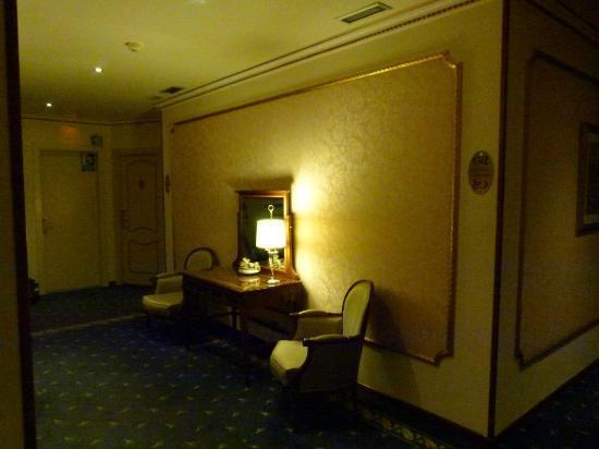 Hotel Roger De Lluria Barcelona: Pasillo