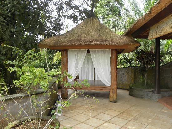 Saudara Home: grande terrasse avec le gazébo devant la chambre Tanah Lot