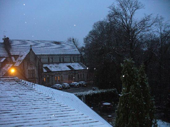 The Coach House: Snowing from balcony