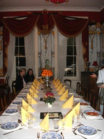 B&B Bathwick Gardens: Dining table set for dinner