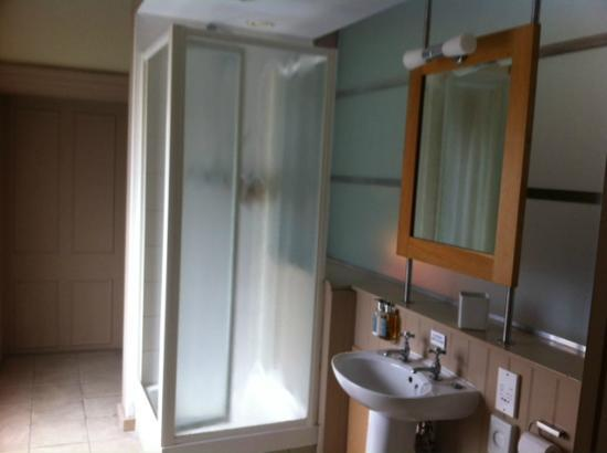 Loch Fyne Milsoms Hotel: Bathroom with great shower