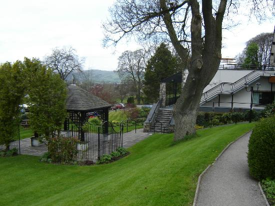 BEST WESTERN PLUS Castle Green Hotel In Kendal: Hotel grounds and view at front