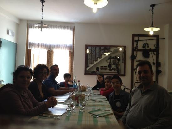 Country House Ca' Vernaccia: tutto il gruppo nella sala di sotto
