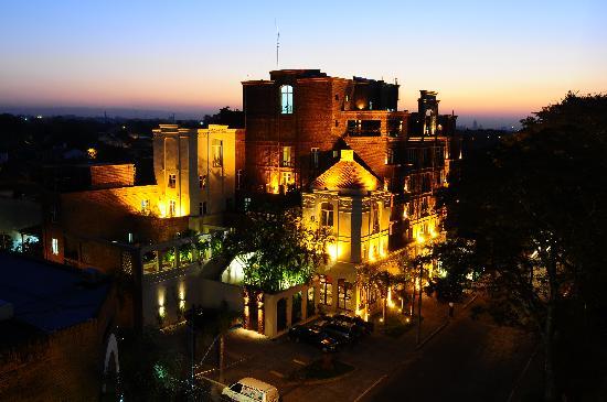La Mision Hotel Boutique: Fachada Nocturna del Hotel
