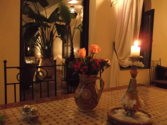 Riad Bamaga Hotel: Photos prise le soir au cours du dinner. (vue de ma chaise)