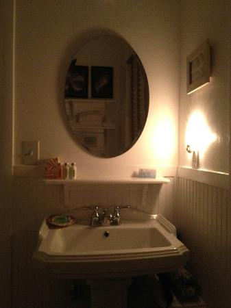 Gearhart Ocean Inn: Roomy and clean bathroom...the shower is amazing!
