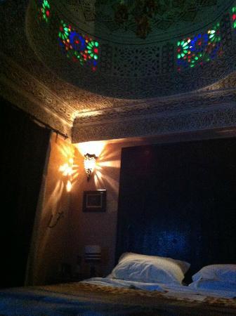 Riad Ibn Battouta: Le jeu de lumière dans la chambre