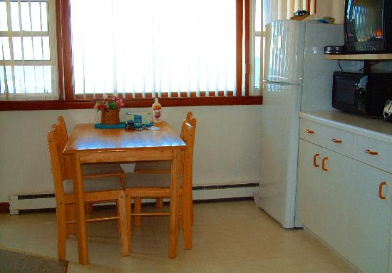 The Garlands: Seaside 1 Bedroom : Kitchenette table