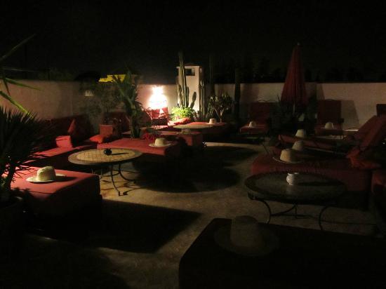Riad La Maison Rouge : Terrace at night