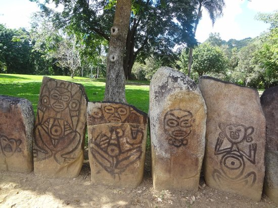 Parque Ceremonial Indigena de Caguana : Petroglyphs lining the side of a ball court
