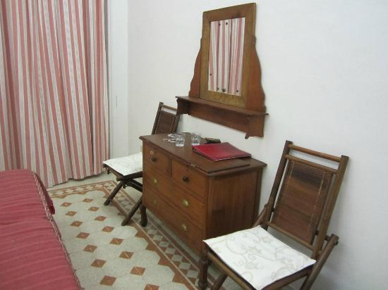 Marlu Bed & Breakfast: Desk and chairs in bedroom
