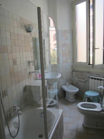 Marlu Bed & Breakfast: Bathroom
