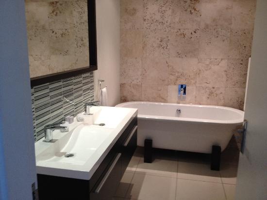 Urban Hip Hotels - The Nicol: Main bathroom